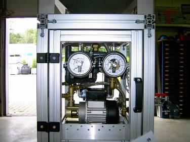 Anlagenbau. Industriepumpenanlage mit zwei Druckmessern verbaut in einem Gehaeuse .