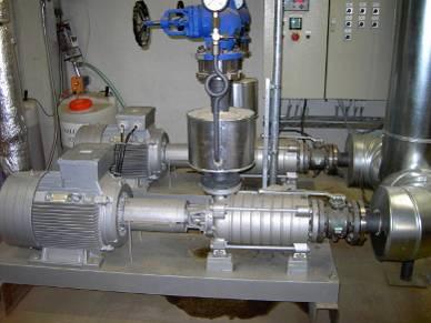 Pumpen-Anlage mit Steuerschrank im Hintergrund