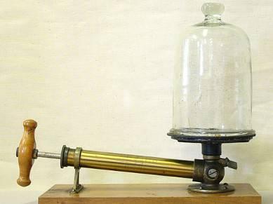 Historische Vakuum-Pumpe mit Glasglocke.