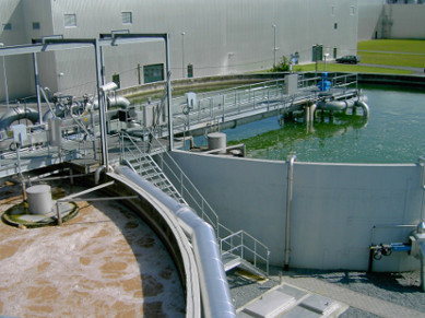 Zwei große Becken in einer Klaeranlage im Abwasserbereich.